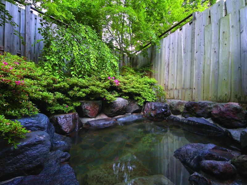 【露天風呂】小さな四季の自然を望む岩造りの露天風呂