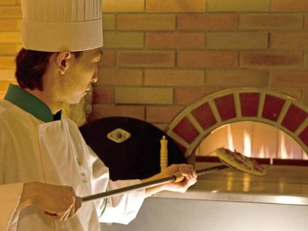 【夕食/一例】高温で焼き上げる石窯ピザはアツアツでご提供!