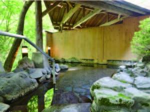 【露天風呂】高原の心地よい雰囲気のなかでの湯浴みは格別