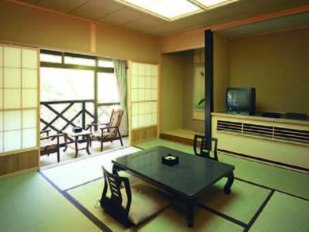 【本館・山側/例】ゆったりとした広さの和室で寛げる
