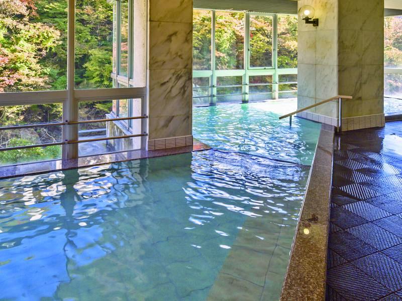 【大浴場】美肌の湯として知られる源泉を使用。露天風呂はかけ流し