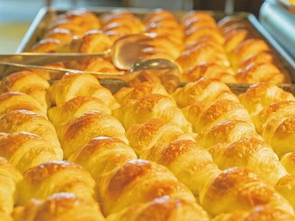 【朝食/一例】焼きたてパンが自慢!パンによく合う洋食メニューも♪