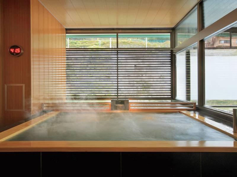 【秀峰館男性大浴場「麻の湯」】自然の風を感じられる半露天ジェットバス風呂