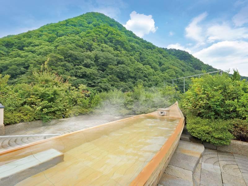 【空中庭園露天風呂】季節ごとに多彩な表情を映す山並み