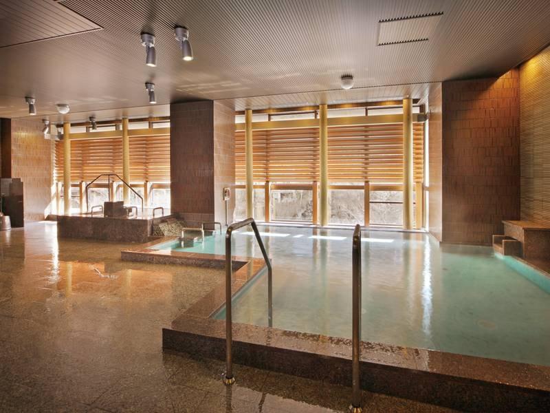 【八番館大浴場「滝の湯」】のんびりと過ごせる内湯に、露天風呂も併設
