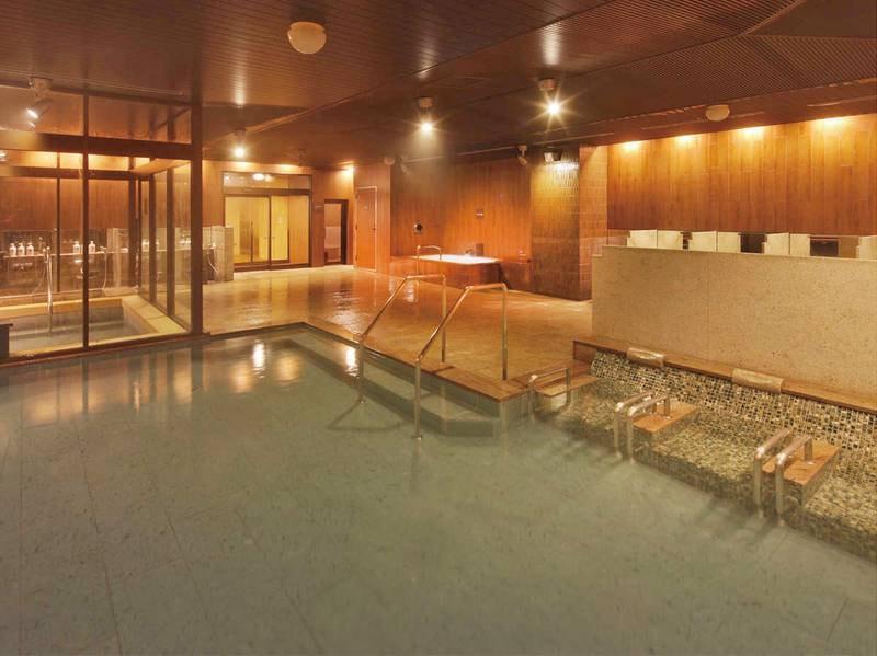 【八番館大浴場「滝の湯」】湯に身体を委ねることができる寝湯も完備