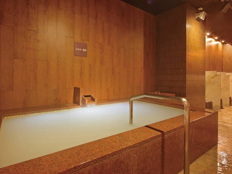 【八番館大浴場「滝の湯」】超微粒子のバブルを発生させたシルキー風呂