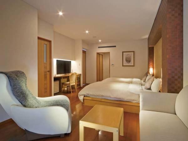 【秀峰館最上階デラックスツイン/例】渓谷側に面した眺めの良い洋室。マッサージチェア付。