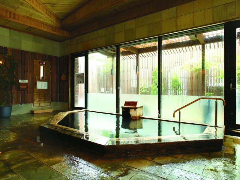 【大浴場】源泉かけ流しの天然温泉は弱アルカリ性の美肌の湯