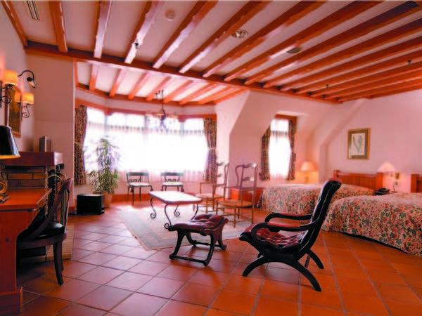【ヨーロピアン館洋室/例】アンティーク家具を配置した女性に人気の客室