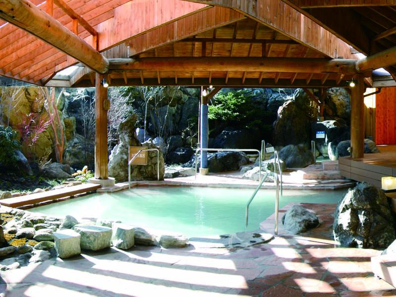 【湯遊天国】大きな露天風呂でのんびりと温泉を楽しめる