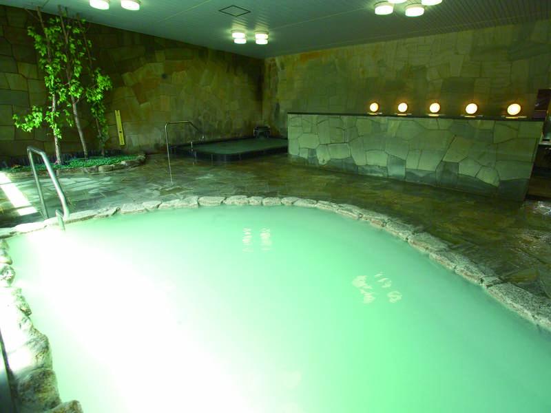 【大浴場】濃厚な乳白色の湯がなみなみと注ぐ