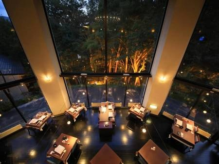 【レストラン】大きな窓と吹き抜けの天井が開放的