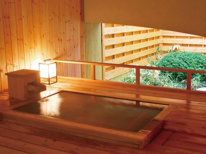 【貸切露天風呂】湯船は檜と信楽焼の2種類