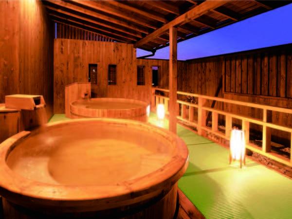 【露天風呂】大浴場に隣接の露天風呂も滑りにくい畳敷き