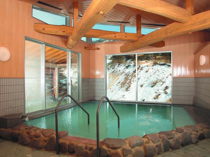 【大浴場/百泉の湯】内風呂と露天風呂で異なる泉質の湯を楽しめる