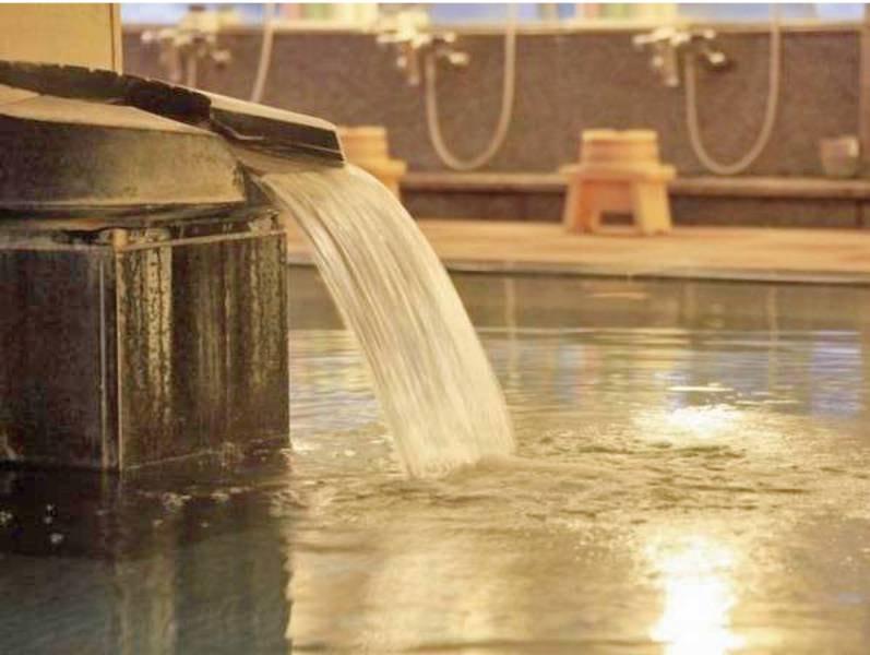【女性】楽水の湯/香り豊かな檜風呂はじめ趣溢れる岩風呂など、男女合わせて6つの湯船が並ぶ癒しの空間