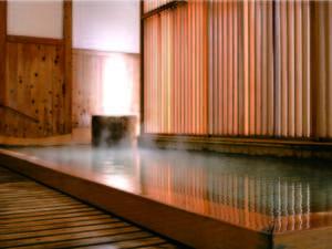 【大浴場】檜造りの内湯に浸かってゆっくりと旅の疲れを癒す