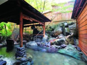 【露天風呂】風情ある岩露天風呂でのんびりくつろぐ