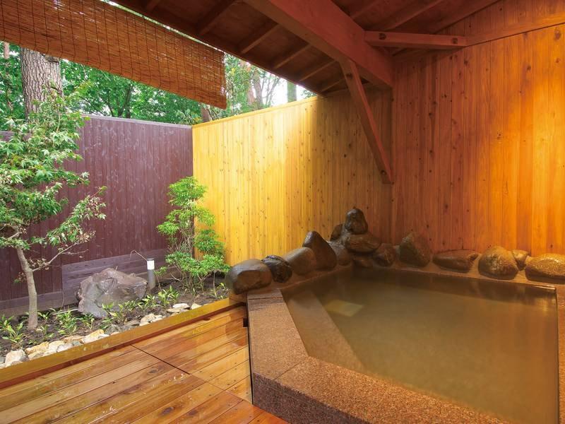 【露天風呂】自然に囲まれた浴槽