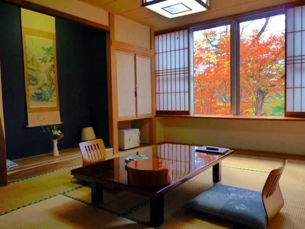 10畳和室一例/窓の外には自然が広がり、静かに過ごせる