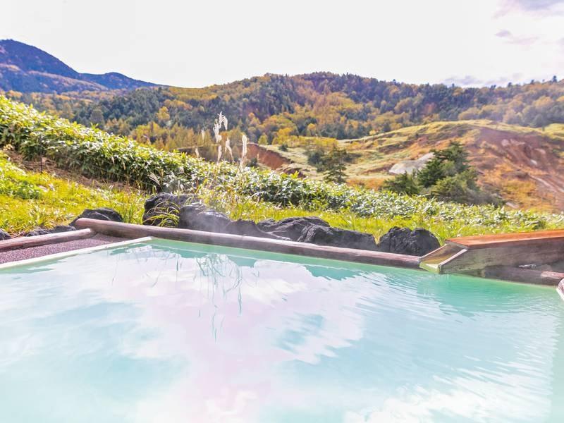 【露天風呂/雲海の湯】万座名物の「空吹」を一望のお風呂。自家源泉かけ流しのまろやかな乳白色の湯