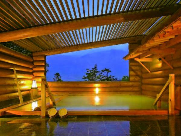 【露天風呂/夜】肌のあたりがつるつる!乳白色のにごり湯を開放的な露天風呂で満喫