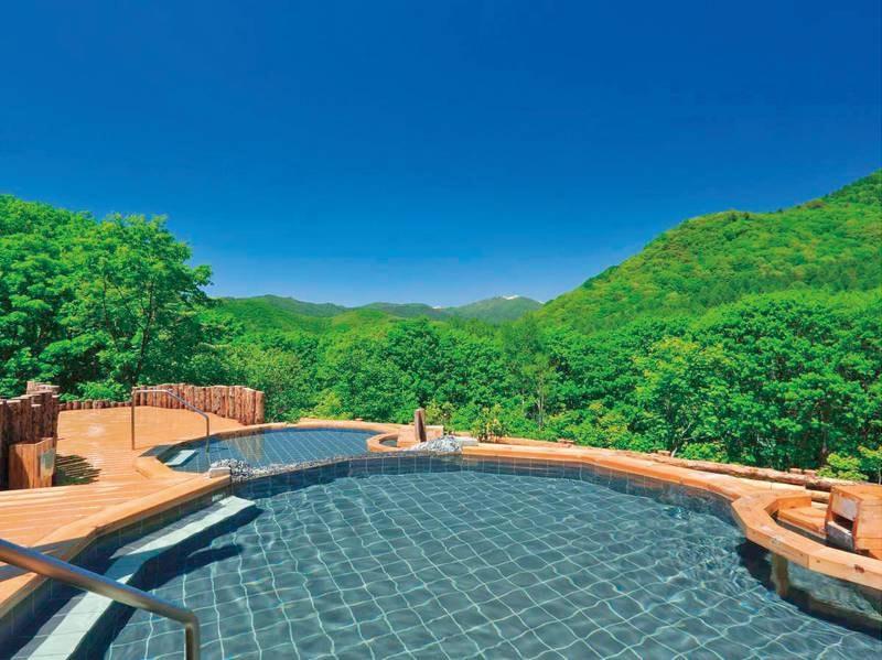 【露天風呂】大自然に囲まれた湯浴み。宿泊棟とは別棟。館外の移動有