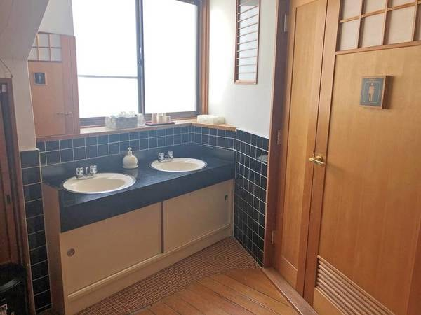 【西棟和室】バストイレ無しの客室。部屋をでてすぐに共有のトイレ・洗面がございます。