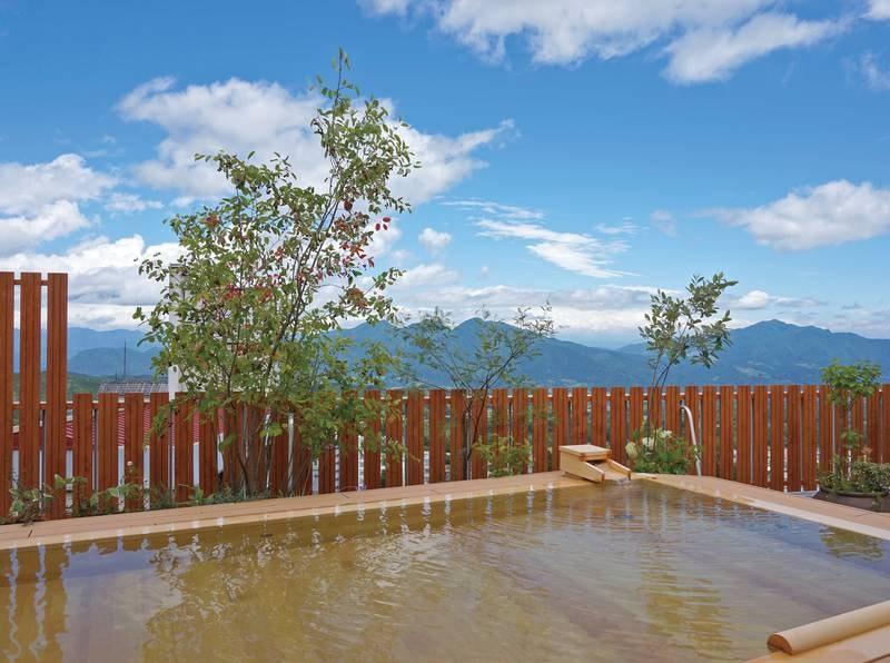 【露天風呂】伊香保を眼下に眺めながら、檜造りの湯船でゆったり