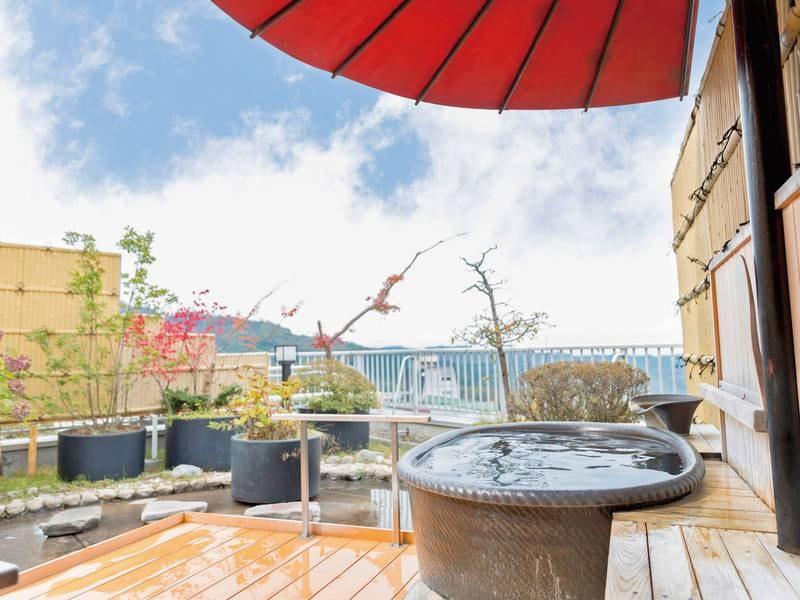 【貸切露天風呂】紅色の傘の下、さらさらと流れる湯音に心を洗われる