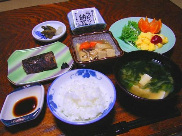 *朝食一例。温かい和定食をご用意!たっぷり食べて元気に出発して下さい。