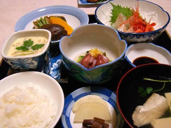 【ご夕食一例】その日の仕入れに応じて、新鮮な海の幸や近くで採れる山の幸を盛り込んだお料理。