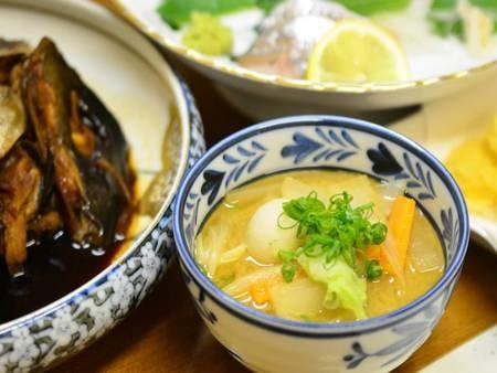 【夕食例】お野菜たっぷりの豚汁は栄養たっぷり♪心も身体も温まります。