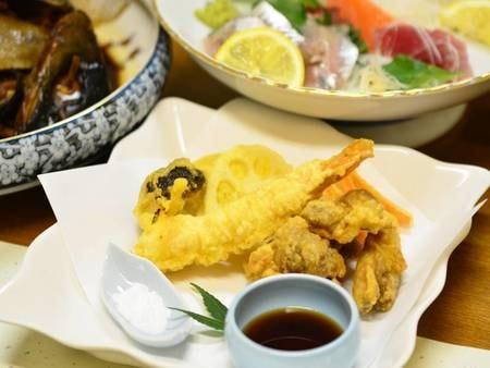 【夕食例】旬のお野菜やとり天など盛りだくさん!