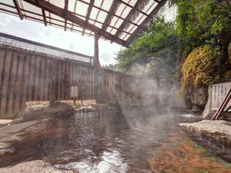 *【露天岩風呂(女湯)】源泉99度の単純硫黄泉をかけ流しで
