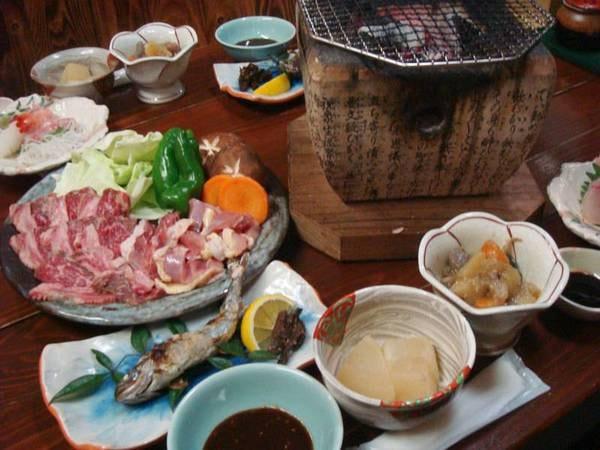 *地鶏と黒毛和牛の炭火焼きがメインの田舎料理です