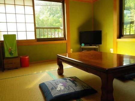 【和室一例】ごゆっくりとお寛ぎいただける心なごむ和室。窓を開ければ風情のある景色が眺められます。