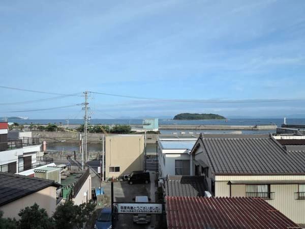 *【お部屋】窓から海に浮かぶ梶島が見えます