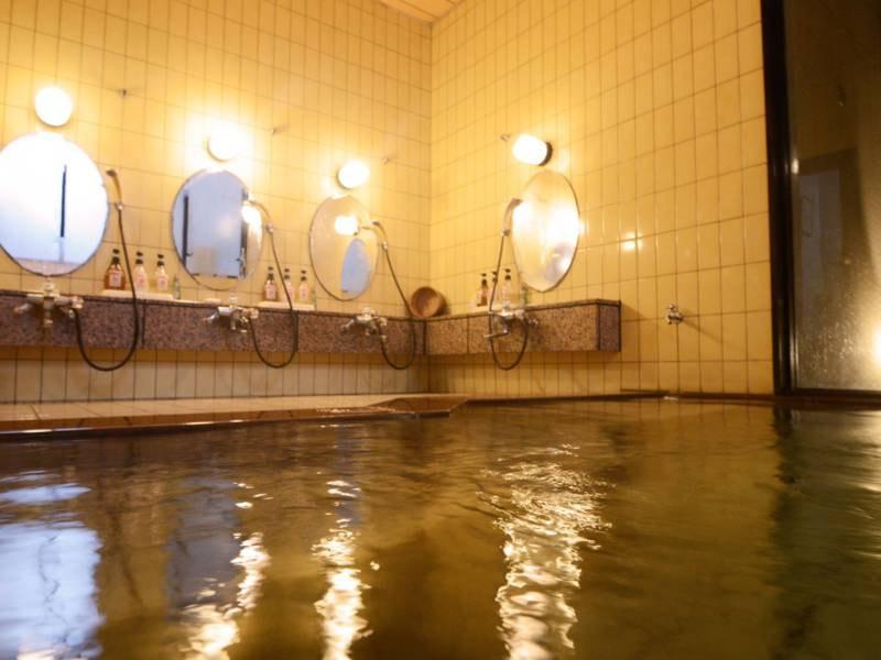 *24時間利用出来る浴場。お客様の少ない時間は貸切も可能です。少し深めが当館風です。