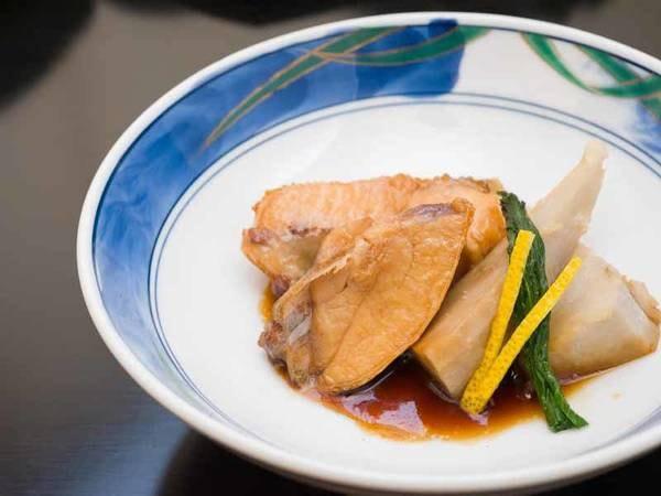 *お夕食一例/脂が乗った寒ブリをあら煮に。冬ならではの美味しさ!