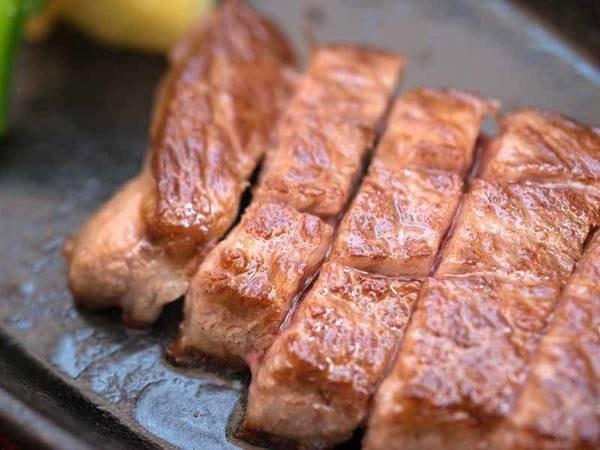 """*お夕食一例/厳選された黒毛和牛""""能登牛""""を分厚く切り分けてステーキに。至福のひと時をどうぞ。"""