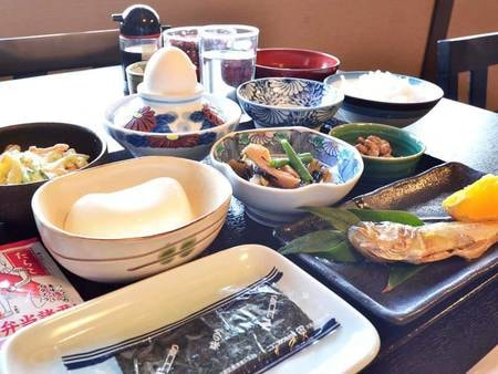 *【朝食】一例 旬の焼き魚、能登の名物からしどうふ、自家農園の朝捕り野菜で作った小鉢など。