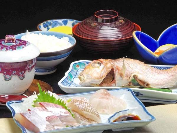 *【夕食は軽めの4品】の一例 能登の美味しいお魚をお刺身・焼き魚で。