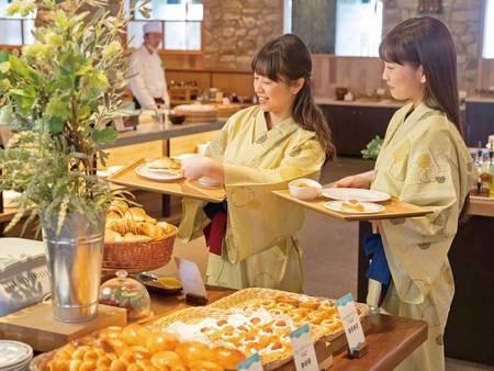 【朝食/例】焼きたてパンも食べ放題