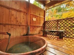 【貸切露天風呂/壺龍】陶器でできた湯船。お2人だと寄り添いながらでないと入れない小さなお風呂