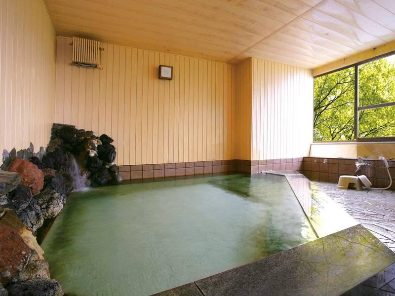 【大浴場】窓の外の四季折々の景色を眺めて