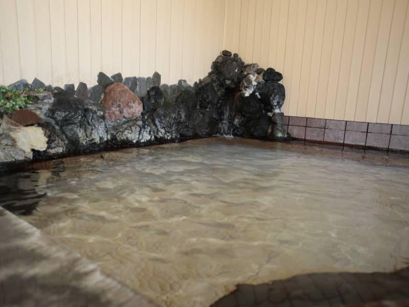 【大浴場】広々とした大浴場は、昔ながらの雰囲気で旅の疲れを癒してくれます。