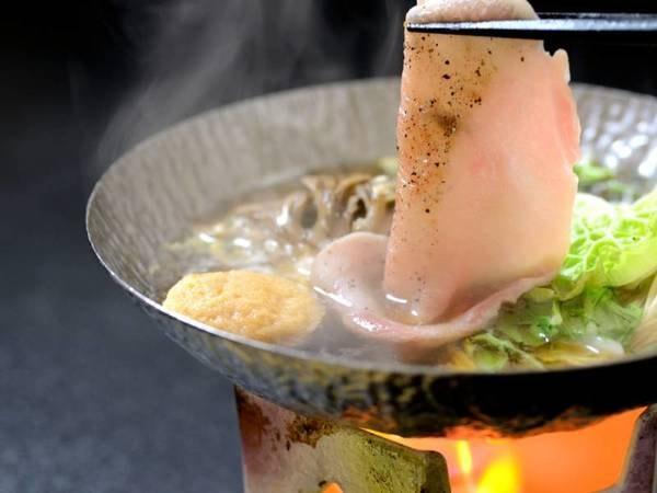 晴観荘特製スタンダード会席一例/メインの柚の香もち豚鍋