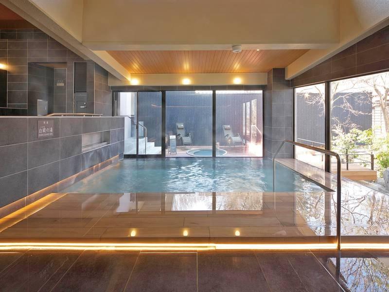 【露天風呂】鉄分豊富な茶褐色の「黄金の湯」をかけ流しで楽しめる